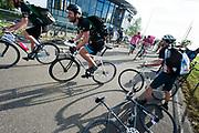 Start van de wedstrijd. In Nieuwegein wordt het NK Fietskoerieren gehouden. Fietskoeriers uit Nederland strijden om de titel door op een parcours het snelst zoveel mogelijk stempels te halen en lading weg te brengen. Daarbij moeten ze een slimme route kiezen.<br /> <br /> Start of the races. In Nieuwegein bike messengers battle for the Open Dutch Bicycle Messenger Championship.