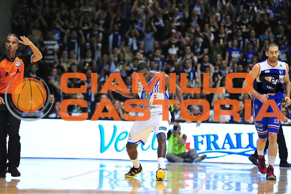 DESCRIZIONE : Campionato 2013/14 Quarti di Finale GARA 2 Dinamo Banco di Sardegna Sassari - Enel Brindisi<br /> GIOCATORE : Omar Thomas<br /> CATEGORIA : Esultanza<br /> SQUADRA : Dinamo Banco di Sardegna Sassari<br /> EVENTO : LegaBasket Serie A Beko Playoff 2013/2014<br /> GARA : Dinamo Banco di Sardegna Sassari - Enel Brindisi Quarti Gara2<br /> DATA : 21/05/2014<br /> SPORT : Pallacanestro <br /> AUTORE : Agenzia Ciamillo-Castoria / M.Turrini<br /> Galleria : LegaBasket Serie A Beko Playoff 2013/2014<br /> Fotonotizia : DESCRIZIONE : Campionato 2013/14 Quarti di Finale GARA 2 Dinamo Banco di Sardegna Sassari - Enel Brindisi<br /> Predefinita :