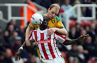 Photo: Paul Thomas.<br /> Stoke City v Norwich City. Coca Cola Championship. 28/10/2006.<br /> <br /> Mamady Sidbe of Stoke (Red and White) is challenged for the ball by Gary Doherty.
