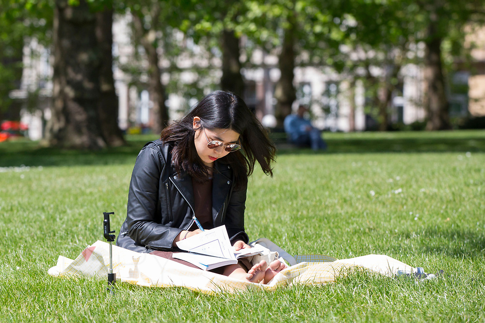 UNITED KINGDOM, London: 14 May 2019 <br /> Londoners and visitors take advantage of the weather as they relax in the sunshine in Green Park as good weather continues across the country. Temperatures are set to reach 19C in the capital and potentially higher in the Midlands.