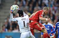 FUSSBALL   SAISON 2011/2012   CHAMPIONS LEAGUE FINALE FC Bayern Muenchen - FC Chelsea  19.05.2012 Torwart Petr Cech (li, FC Chelsea) gegen Bastian Schweinsteiger (re, FC Bayern Muenchen)
