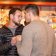 NLD/Amsterdam/20171222 - Signeersessie Rico Verhoeven en Leon Verdonschot, Rico Verhoeven doet stare down met een fan