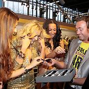 NLD/Amsterdam/20110124 - Josh V VIP Launch Modefabriek RAI,   Tamara Elbaz, Josh Veldhuizen en Maria Taylor mogen een zonnebril uitzoeken van een bevriende standhouder