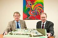 Nederland, Doetinchem, 20050106..Maquette van een regionaal ggz centrum dat  het Slingelandziekenhuis gaat bouwen op het eigen terrein..Hans Bol van GGNet (links) en algemeen directeur Arie Sparreboom van het Slingelandziekenhuis.