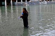 Piazza San Marco invasa dall'acqua alta. Una giornalista <br /> Venice - High Tide in St. Marcus Sq.