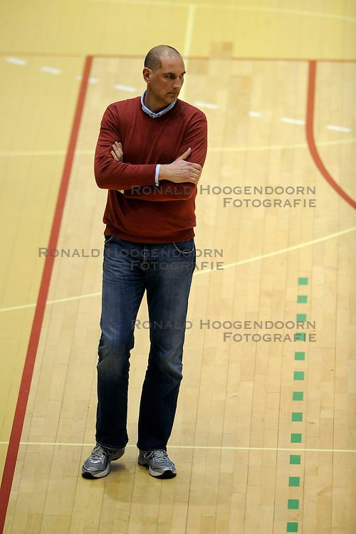 27-02-2009 VOLLEYBAL: NESSELANDE - PIET ZOOMERS D: ROTTERDAM<br /> Piet Zoomers wint met 3-2 van Nesselande / Coach Ron Zwerver<br /> &copy;2009-WWW.FOTOHOOGENDOORN.NL