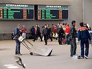 Gepäckfahrer und Reisende in der Halle des Kasaner Bahnhofs (Kasanski woksal) welcher einer der neun Bahnhöfe in Moskau ist. Er liegt am Komsomolskaja-Platz, in unmittelbarer Nähe zum Jaroslawler und dem Leningrader Bahnhof, und ist bis heute einer der größten Bahnhöfe der russischen Hauptstadt.<br /> <br /> Worker and travellers in the hall at the Kazansky Rail Terminal (Kazansky vokzal) which is one of eight rail terminals in Moscow, situated on the Komsomolskaya Square, across the square from the Leningradsky and Yaroslavsky terminals.