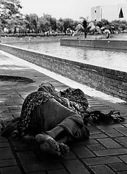 BANGLADESH DHAKA JUN94 - A homeless woman sleeps rough in front of the Bangla Bhaban, Bangladesh's parliamentary building.jre/Photo by Jiri Rezac© Jiri Rezac 1994