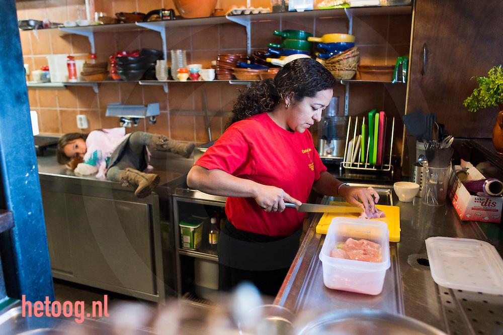Nederland enschede 1okt2013 Sandra van Kesteren-Vasquez Burbano (34), is geboren in Colombia. Onder moeilijke omstandigheden leerde zij koken van haar moeder, die empanada's' en tamales verkocht op straat. Ze startte het restaurant Carlina's Eethuis, genoemd naar haar moeder, en won de eerste prijs (gouden duyt) bij het Proef-eet dit jaar in Enschede. Hier samen met dochter Natalya in de keuken.