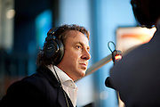 Marco Borsato is te gast in het radioprogramma van Sander de Heer om uitleg te geven over de actie voor Pakistan. In het Nederlands Instituut voor Beeld en Geluid in Hilversum verzamelt een telefoonteam de donaties voor de actie van de Samenwerkende Hulporganisaties (SHO) voor de watersnoodramp in Pakistan. Via een televisieactie worden Nederlanders opgeroepen om geld te geven via Giro 555.<br /> <br /> At the museum for media in Hilversum a call center is taking calls for a donation to the victims of the flooding in Pakistan. The cooperation of aid reliefs is asking people in The Netherlands to donate. Famous Dutchmen are supporting the fund raising. Amongst them is Dutch singer Marco Borsato, who opened the fund raising.