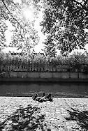 France. Paris. 4th district. Quai de l Hotel de ville.  seine river quay . people gathering at sunset on right bank quays.   / bain de soleil sur lequai de l hotel de ville
