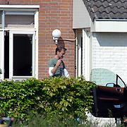 NLD/Amsterdam/20070503 - Sylvana Simons in gesprek met haar buurman voor haar woning in Amsterdam