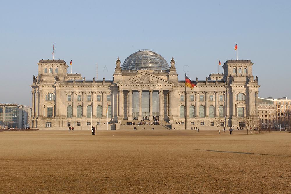 25 FEB 2003, BERLIN/GERMANY:<br /> Reichtagsgebaeude, Sitz des Deutschen Bundestages, im Abendlicht<br /> IMAGE: 20030225-01-020<br /> KEYWORDS: Deutscher Bundestag, Reichstag
