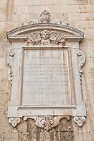 Chiesa di San Giovanni Battista. Realizzata nel 1690-1691 da Giuseppe Zimbalo fu consacrata nel 1728 da Vincenzo Maria d'Aragona, arcivescovo di Cosenza. Il prospetto è diviso in due ordini da una balaustra con statue; in basso, il grande portale centrale è sormontato dalla statua di san Domenico di Guzman ed è fiancheggiato da due colonne scanalate a spirale, con capitelli decorati; in alto, la grande finestra centrale è fiancheggiata da trofei di fiori; un'altra balaustra divide il secondo ordine dal timpano dal grande effetto plastico. La pianta è a croce greca e all'interno, lungo tutto il perimetro, presenta ricchi altari. Il pulpito è l'unico delle chiese leccesi ad essere realizzato in pietra leccese. La copertura è a capriate lignee.