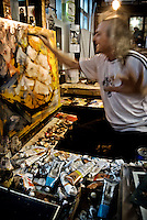 """Vincent Brunetti dipinge durante il suo """"Show"""" artistico all'interno della Galleria personale in Vincent City nei pressi di Guagnano in provincia di lecce. 29/03/2010 (PH Gabriele Spedicato)..VINCENT BRUNETTI.Affettuosamente identificato con l'appellativo """"LA LIBELLULA DEL SUD"""", Vincent Brunetti è oggi considerato uno dei personaggi più emblematici della vita artistica meridionale..Nato a Guagnano di Lecce il 3 dicembre 1950 e residente a Milano da oltre vent'anni dove per i meriti artistici (egli è infatti pittore e scultore) gli è stato conferito nel 1970 l'AMBROGINO D'ORO. Fu colpito in tenera età dal virus della poliomelite. Gli effetti devastanti della malattia a seguito di due delicati interventi al piede sinistro lo stavano portando ad una quasi totale immobilità..Comincia comunque a dipingere e consegue, con il massimo dei voti, il diploma alla Scuola d'arte di Lecce..Dopo essere stato a Torino, si trasferisce a soli venticinque anni a Milano dove riceve numerosi riconoscimenti ed entra in contatto con elementi di spicco della scena artistica milanese come Francesco Messina (sotto la cui guida frequenta l'Accademia di Brera); Giacomo Manzù che lo segue ed incoraggia nel corso della sua attività; Arnaldo Pomodoro che lo accoglie presso la sua Bottega..Sempre a Milano, egli collabora con l'attrice Paola Borboni ed il poeta Bruno Villar alla realizzazione di numerose attività culturali e di diversi programmi televisivi..Con il passare degli anni egli è sempre più debilitato dalla malattia..Grazie alla geniale scoperta di Mariano Orrico, ideatore """"Lamina Bior"""" secondo il quale, ogni genere di malattia può essere sconfitta con il proncipio dell'elettricità statica, Vincent Brunetti ha potuto recuperare in pieno la sua vitalità e gioia di vivere..Nella sua """"DANZA"""" propiziatoria è espresso in pieno il bisogno di LIBERTA' che è nascosto nel cuore di ogni uomo e nel suo """"VOLO"""" il desiderio di liberarsi dal peso della materia..Nell'elasticità delle articolazioni rese"""