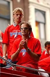 02-06-2003 NED: Huldiging bekerwinnaar FC Utrecht, Utrecht<br /> De spelers en de technische staf kregen een rondrit door de stad in een open Engelse dubbeldekker. Om 20.30 uur keert de stoet terug in Galgenwaard en zal in het stadion de officiële huldiging plaatsvinden / Dave van den Bergh, Igor Gluscevic