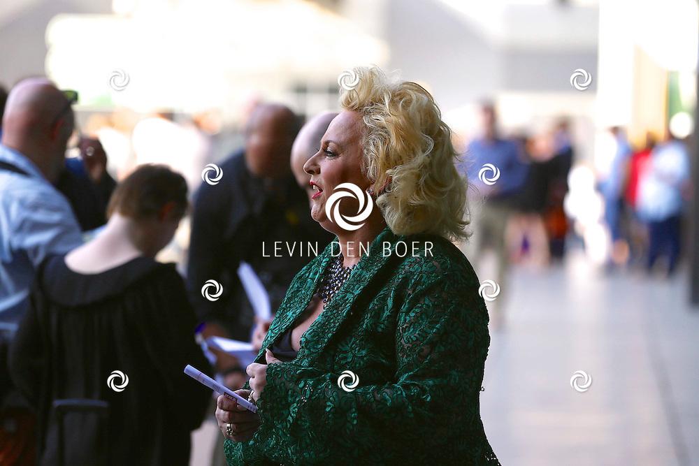 AMSTERDAM - Niet eerder trad de 71-jarige theaterdiva Barbra Streisand op in Nederland. Ze doet Nederland aan in het kader van haar tournee Barbra Streisand Live. Velen bekende Nederlanders kwamen natuurlijk hier een kijkje nemen. Met op deze foto  Karin Bloemen. FOTO LEVIN DEN BOER - PERSFOTO.NU
