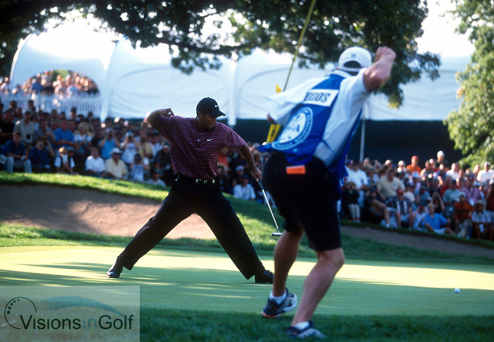 Tiger Woods birdies #17 to pull close.<br />