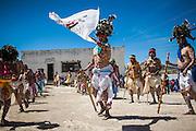 Los pintos danzan en el atrio de la iglesia, siguiendo al abanderado quien indica los movimientos, Norogachi, México, el 9 de abril de 2009.