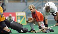 WK Hockey (mannen). Nederland-Nieuw Zeeland 4-0.<br />Marten Eikelboom (m) opent voor Nederland de score, 1-0.links de Nieuwzeelandse doelman Paul Woolford. rechts Hayden Shaw.