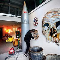 Nederland, Amsterdam , 6 maart 2014.<br /> Ondernemer en interieurontwerper Casper Reinders, bekend van horeca-ondernemingen als Jimmy Woo, Lion Noir, Rose&rsquo;s Cantina en Ludwig in Amsterdam, heeft er een nieuw project bij. Echter niet gericht op horeca dit keer, maar wel een plek waar we een opvallende verzameling van producten en kunst kunnen verwachten.<br /> Vanaf aankomend weekend kunnen we terecht in de Libertine Gallery &ndash; Art &amp; Antiques aan de Prinsengracht 715. De nieuwe interieurwinkel/ galerie is een inspirerende plek waar we een bijzondere mix van objecten kunnen vinden. Denk aan ziekenhuislampen, kermiskarretjes en art deco meubels, maar ook opgezette vogels en robots.<br /> Op de foto: de laatste voorbereidingen worden getroffen voordat de zaak Libertine geopend wordt.<br /> Foto:Jean-Pierre Jans