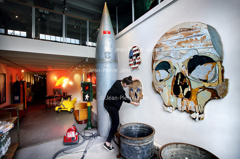 Nederland, Amsterdam , 6 maart 2014.<br /> Ondernemer en interieurontwerper Casper Reinders, bekend van horeca-ondernemingen als Jimmy Woo, Lion Noir, Rose's Cantina en Ludwig in Amsterdam, heeft er een nieuw project bij. Echter niet gericht op horeca dit keer, maar wel een plek waar we een opvallende verzameling van producten en kunst kunnen verwachten.<br /> Vanaf aankomend weekend kunnen we terecht in de Libertine Gallery – Art & Antiques aan de Prinsengracht 715. De nieuwe interieurwinkel/ galerie is een inspirerende plek waar we een bijzondere mix van objecten kunnen vinden. Denk aan ziekenhuislampen, kermiskarretjes en art deco meubels, maar ook opgezette vogels en robots.<br /> Op de foto: de laatste voorbereidingen worden getroffen voordat de zaak Libertine geopend wordt.<br /> Foto:Jean-Pierre Jans