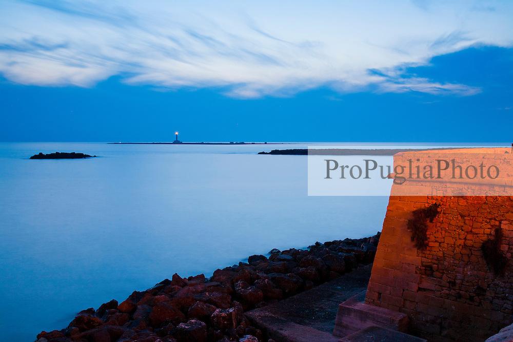 Vista del mare e del fario di S.Andrea dalle mure della città vecchia di Galipoli (LE)