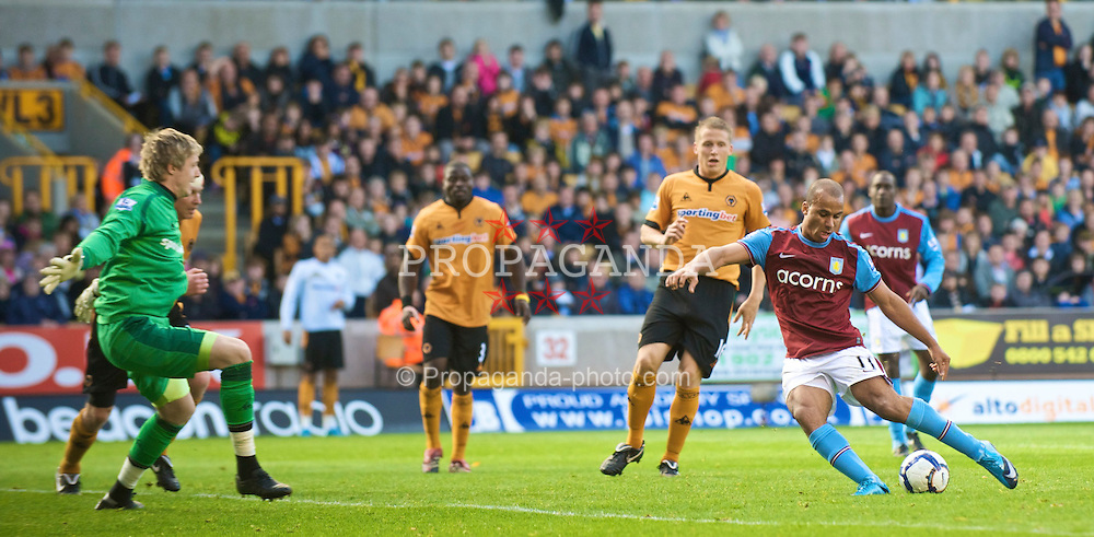 WOLVERHAMPTON, ENGLAND - Saturday, October 24, 2009: Aston Villa's Gabriel Agbonlahor scores the opening goal sliding the ball past the on-rushing Wolverhampton Wanderers' goalkeeper Wayne Hennessey during the Premiership match at Molineux. (Photo by David Rawcliffe/Propaganda)
