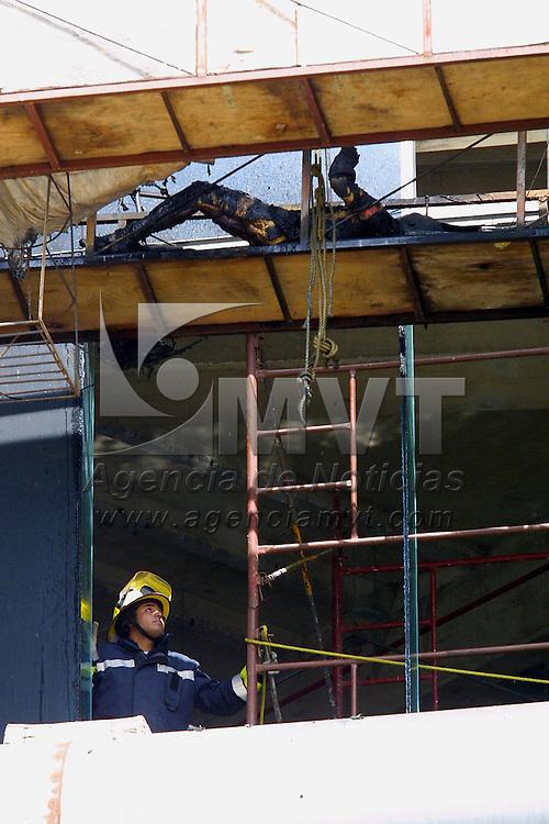 """Mexico, D.F..- Bomberos y peritos examinan el edificio de oficinas corporativas """"Acuario"""" en el centro empresarial y negocios de Santa Fe en la ciudad de Mexico, despues de incendiarse la planta baja y el cuarto piso de edificio en remodelacion donde murieron tres personas calcinadas y cuatro mas resultaron heridas con quemaduras graves, los lesionados eran trabajadores de servicios que laboraban en andamios soldando una seccion de la estructura. Agencia MVT/Mario Vazquez de la Torre."""