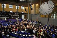 01 JUL 2005, BERLIN/GERMANY:<br /> Uebersicht Plenum, waehrend der namentlichen Abstimmung zur Vertrauensfrage des Bundeskanzlers, Bundestagsdebatte zum Antrag des Bundeskanzlers gem. Artikel 68 Grundgesetz, Deutscher Bundestag<br /> IMAGE: 20050701-02-164<br /> KEYWORDS: Übersicht, Bundesadler