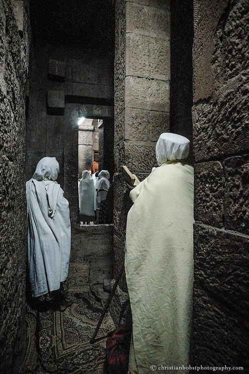 Frauen versammeln sich zum Gebet am Eingang einer der Bet Maryam, der ältesten der 11 Felsenkirchen.