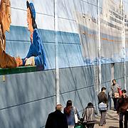 Nederland Rotterdam 21 april 2008 20080421 Foto: David Rozing.Een schildering op de muur bij de ingang van katendrecht. Het stoomschip SS Rotterdam ligt aan de kade van het Derde Katendrechtse Hoofd. SS Rotterdam, het vroegere vlaggenschip van de Holland Amerika Lijn. ..Foto David Rozing/