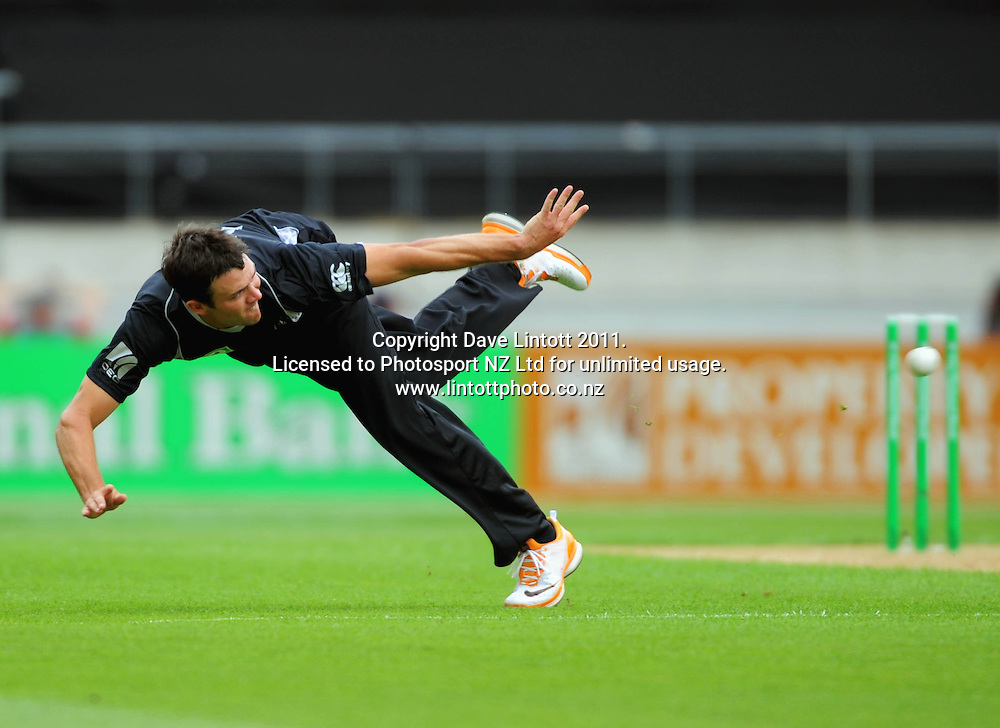 NZ bowler James Franklin attemps a runout on Younis Khan. First one-day international cricket match - New Zealand v Pakistan at Westpac Stadium, Wellington, New Zealand on Saturday, 22 January 2011. Photo: Dave Lintott / photosport.co.nz