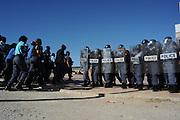 Militaire politie van Zuid Afrika oefent op supporters rellen ter voorbereiding op het WK 2010 in Zuid Afrika