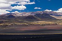 CONOS VOLCANICOS DEL VOLCAN PAYUN MATRU (3.680 m.s.n.m.) Y PAMPA NEGRA, SUELO NEGRO DE PIEDRAS VOLCANICAS, RESERVA PROVINCIAL LA PAYUNIA (PAYUN, PAYEN), MALARGUE, PROVINCIA DE MENDOZA, ARGENTINA (PHOTO © MARCO GUOLI - ALL RIGHTS RESERVED)