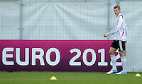 FUSSBALL INTERNATIONAL  EURO 2012   07.06.2012  Training der Deutschen Nationalmannschaft in Danzig Lars Bender (Deutschland)   vor einer Werbebande UEFA EURO 2012