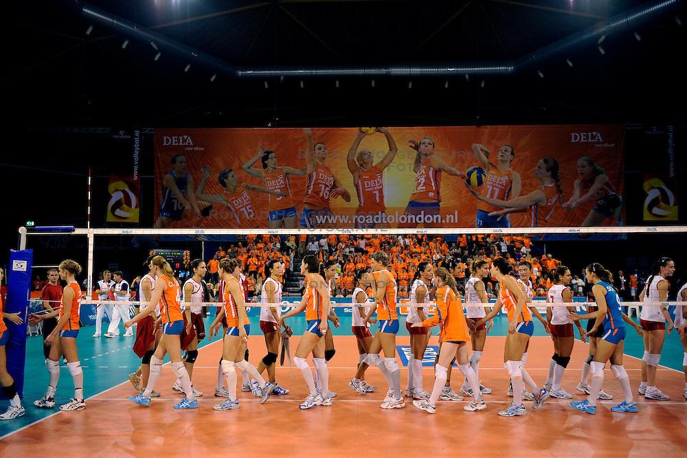 20-09-2009 VOLLEYBAL: DELA TROPHY NEDERLAND - TURKIJE: EINDHOVEN<br /> Nederland ook de tweede wedstrijd van Turkije maar ditmaal iets moeizamer 3 -2 / Nederland schudt handjes met Turkije, spandoek vlag dela<br /> &copy;2009-WWW.FOTOHOOGENDOORN.NL