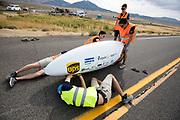 De Velox 7 wordt dicht gemaakt voor de start. Het Human Power Team Delft en Amsterdam, dat bestaat uit studenten van de TU Delft en de VU Amsterdam, is in Amerika om tijdens de World Human Powered Speed Challenge in Nevada een poging te doen het wereldrecord snelfietsen voor vrouwen te verbreken met de VeloX 7, een gestroomlijnde ligfiets. Het record is met 121,44 km/h sinds 2009 in handen van de Francaise Barbara Buatois. De Canadees Todd Reichert is de snelste man met 144,17 km/h sinds 2016.<br /> <br /> With the VeloX 7, a special recumbent bike, the Human Power Team Delft and Amsterdam, consisting of students of the TU Delft and the VU Amsterdam, wants to set a new woman's world record cycling in September at the World Human Powered Speed Challenge in Nevada. The current speed record is 121,44 km/h, set in 2009 by Barbara Buatois. The fastest man is Todd Reichert with 144,17 km/h.