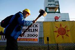 Besetzung des Erkundungsbergwerks in Gorleben durch Anti-Atom-Aktivisten anlässlich des Beginns der Koalitionsverhandlungen von CDU/CSU und FDP. Im Bild: Bernd Ebeling von der Bürgerinitiative Uelzen<br /> <br /> Ort: Gorleben<br /> Copyright: Andreas Conradt<br /> Quelle: PubliXviewinG