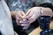 'Helpende handen'. De interactie en communicatie tussen mensen met een beperking en begeleiders wordt mooi zichtbaar aan we hun handen doen.
