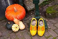 Europa, Niederlande, Zeeland, Kuerbisse und Holzschuhe.<br /> <br /> Europe, Netherlands, Zeeland, pumpkins and clogs