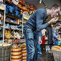 Nederland, Amsterdam, 7 april 2016.<br /> Kaas proeven in Kaaswinkel Cheese Deli aan de Oudezijds Voorburgwal 31.<br /> <br /> Cheese tasting in the cheese shop Cheese Deli! located on the Oudezijds Voorburgwal 31 in Amsterdam, the Netherlands. <br /> <br /> Foto: Jean-Pierre Jans
