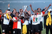 Photo: Gerrit de Heus. Rotterdam. UEFA Cup Final. Feyenoord-Borussia Dortmund. Feyenoord wins the Cup. Fltr: Shinji Ono, Leonardo, Chris Gyan, Bonaventure Kalou and Pierre van Hooijdonk. Keywords: beker