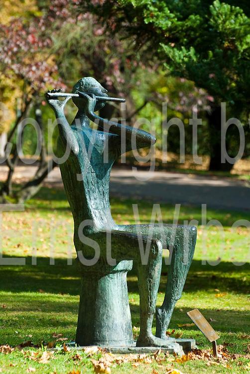 Skulptur Der Flötenspieler, Kurpark, Herbst, Wiesbaden, Hessen, Deutschland.|.sculpture the piper, spa gardens, autumn, Wiesbaden, Hessen, Germany