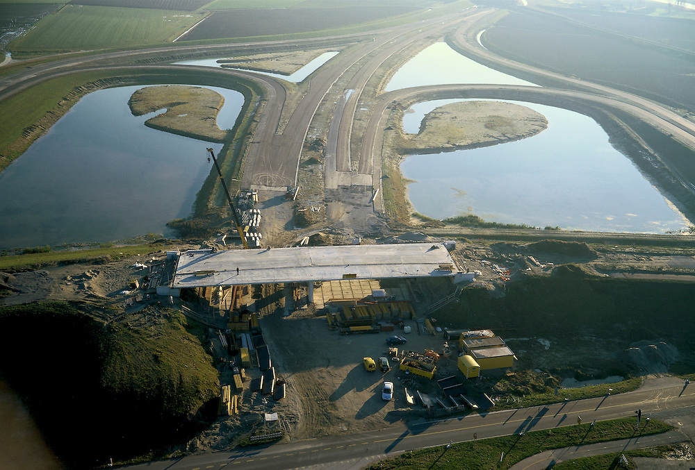 Nederland, Zeeland, Zeeuwsch-Vlaanderen, 15/11/2001; toekomstig verkeersplein aan de Herbert Dowweg, geeft aansluiting op nabijgelegen Noordelijke inrit  Westerscheldetunnel ;.half klaverblad constructie weg viaduct.<br /> luchtfoto (toeslag), aerial photo (additional fee)<br /> photo/foto Siebe Swart