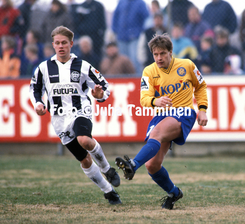 21.04.1991, Kupittaa Stadium, Turku, Finland. Jalkapalloliiga / Finnish League, Turun Palloseura v FC Kuusysi..Ilkka Remes (Kuusysi) v Niclas Gr?nholm (TPS).©Juha Tamminen
