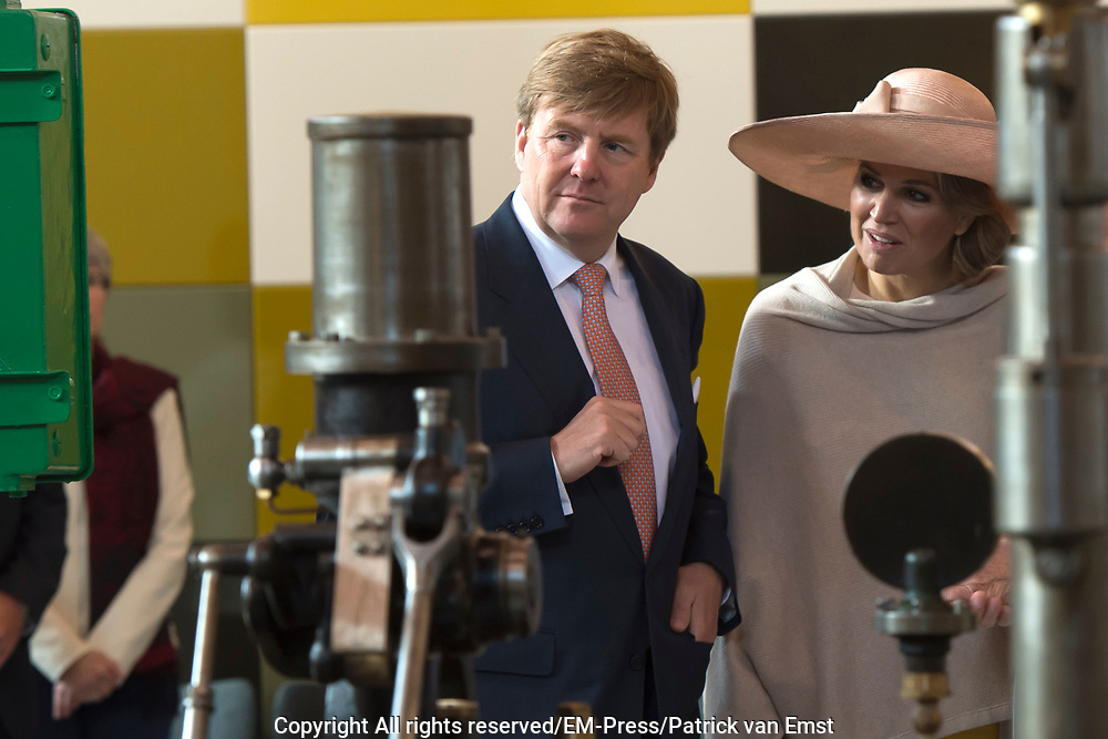 Koning Willem-Alexander en koningin Maxima tijdens hun streekbezoek aan Zeeuws Vlaanderen<br /> <br /> King Willem-Alexander and Queen Maxima  during their visit to Zeeuws Vlaanderen.<br /> <br /> Op de foto / On the photo:  Rondleiding door Industrieel Museum Zeeland / Touring the Industrial Museum Zealand