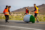De ochtendruns van de derde racedag. In Battle Mountain (Nevada) wordt ieder jaar de World Human Powered Speed Challenge gehouden. Tijdens deze wedstrijd wordt geprobeerd zo hard mogelijk te fietsen op pure menskracht. De deelnemers bestaan zowel uit teams van universiteiten als uit hobbyisten. Met de gestroomlijnde fietsen willen ze laten zien wat mogelijk is met menskracht.<br /> <br /> In Battle Mountain (Nevada) each year the World Human Powered Speed ​​Challenge is held. During this race they try to ride on pure manpower as hard as possible.The participants consist of both teams from universities and from hobbyists. With the sleek bikes they want to show what is possible with human power.