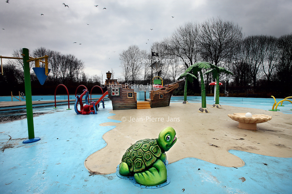 Nederland, Amsterdam , 18 december 2013.<br /> De Mirandabad in Amsterdam Zuid is gerenoveerd.<br /> Op de foto: Het kinderspeelbuitenbad.<br /> Foto:Jean-Pierre Jans