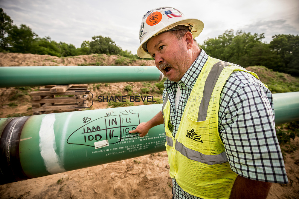 6/1/17 8:39:47 AM -- Sen. James Inhofe visits the Diamond Pipeline sight with representatives from Plains All American Pipeline, Valero and Pumpco Pipeline Construction near Hectorville, Okla.<br /> <br /> Photo by Shane Bevel